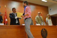 56_Director entrega diploma_2